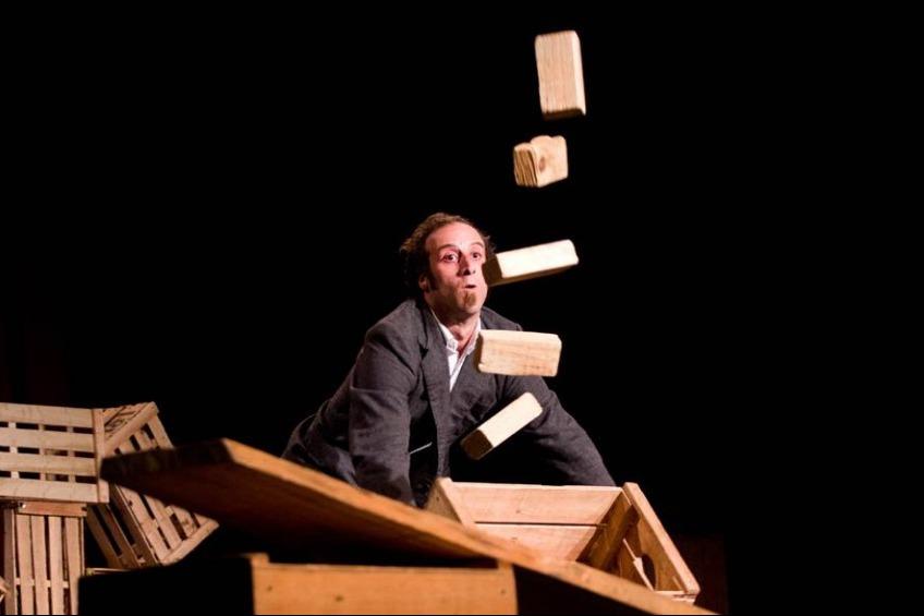 """El espectáculo uruguayo """"Yenn"""" de Circo Tranzat se presentó en el Teatro Víctor María Cáceres de La Rioja."""