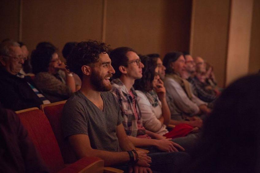 """Público durante la función de """"Jettatore"""" en el Teatro Municipal de Albardón, San Juan."""