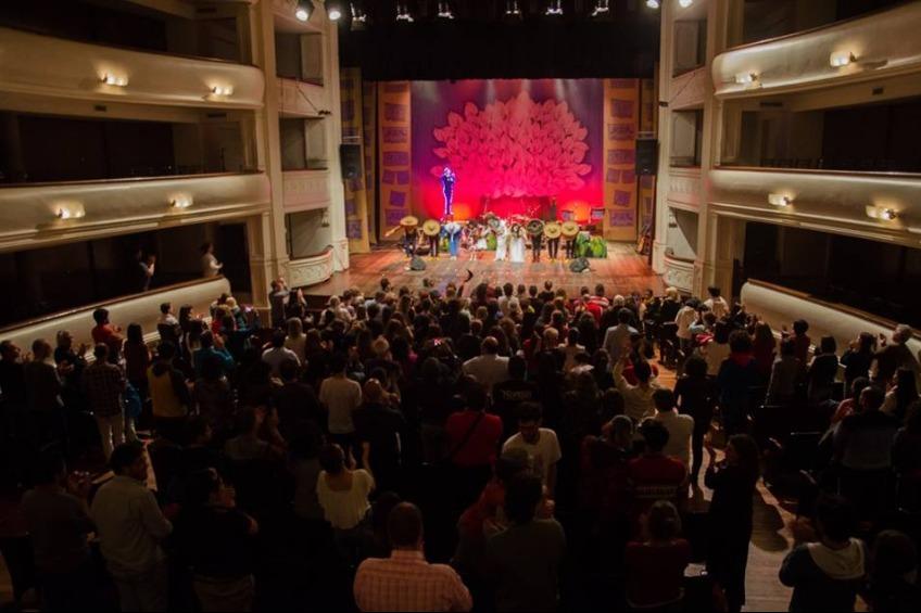 """Sala llena en el Teatro Independencia, ciudad de Mendoza, durante la función del """"La cumbancha de Agustín Lara""""."""